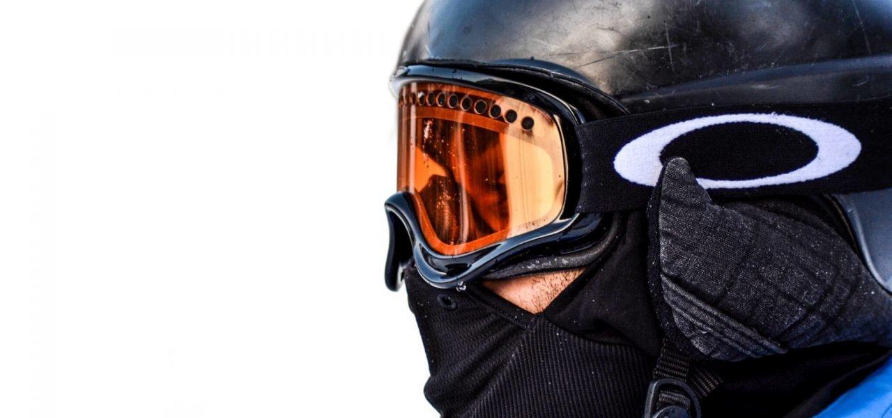 Czy polisa na narty jest ważna podczas jazdy bez kasku?